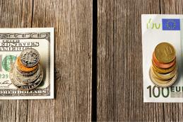 Доллар и евро резко упали при открытии торгов