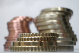 Московская биржа: евро упал ниже 54 рублей