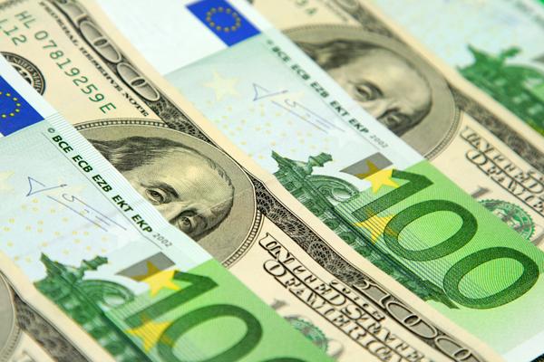 Официальный курс евро поднялся выше 57 рублей