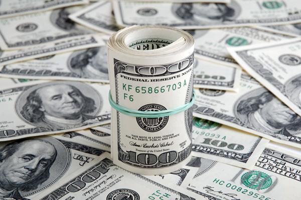 Официальный курс доллара поднялся выше 55 рублей