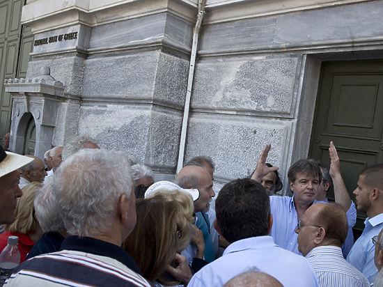 Греция прикрыла банки: выдача наличности ограничена 60 евро в день