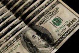 Доллар и евро подросли к рублю на фоне снижения цен на нефть