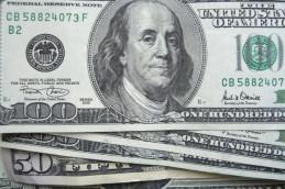 Доллар слегка снизился на фоне затишья на мировых рынках