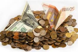 В начале торгов доллар и евро снизились к рублю