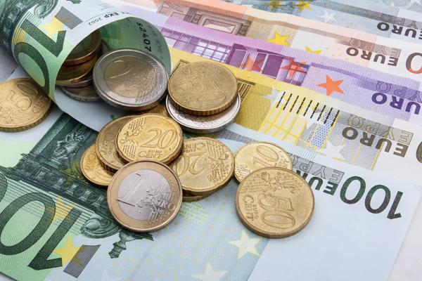 Официальный курс евро приблизился к 70 рублям