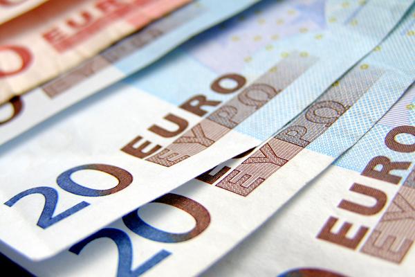 ЦБ опустил курс евро ниже 76 рублей