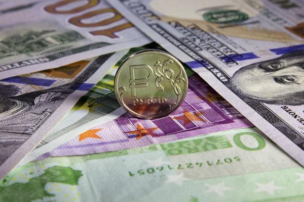 Курс доллара вырос на 1,5 рубля