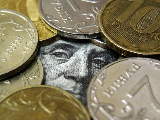 Эксперты назвали курс доллара, после которого власть остановит падение рубля