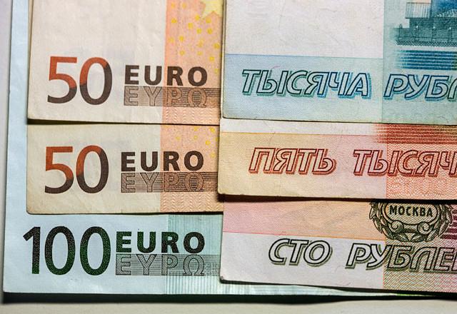 Биржевой курс евро пробил отметку в 90 рублей