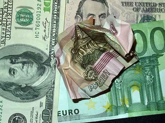 "ЦБ ""уронил"" официальный курс евро на 3 рубля, доллара — на 2,8"