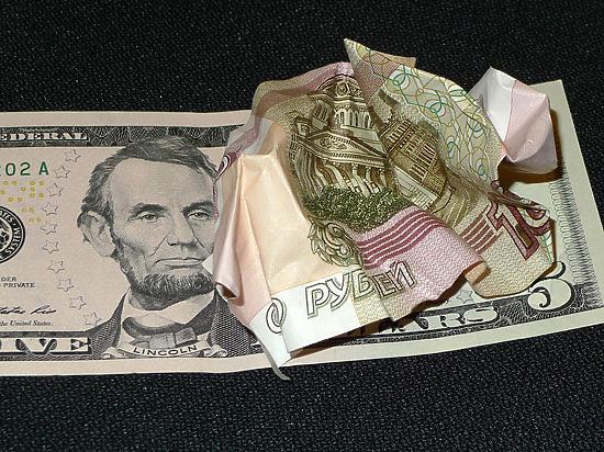 Ослабевшая нефть «подставила подножку» рублю