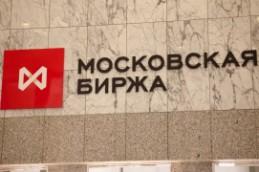 Рубль укрепился на дорожающей нефти