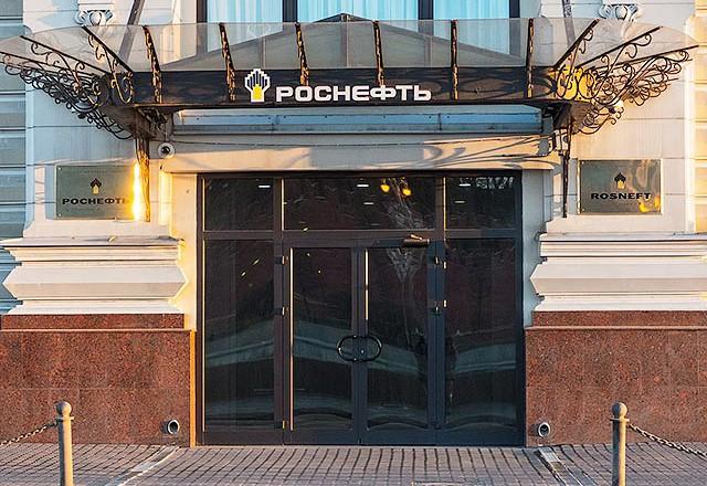 Чистая прибыль «Роснефти» в рублях выросла на 2%, в долларах — упала на 34%