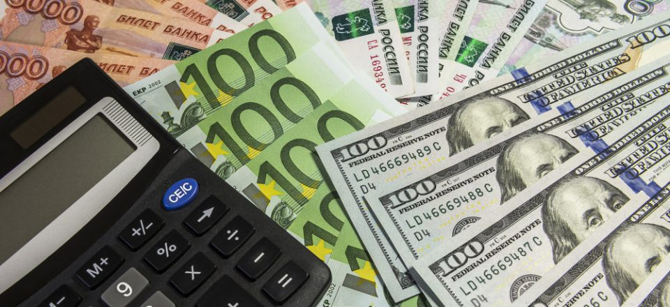 ЦБ снизил курс доллара до 63,6 рубля