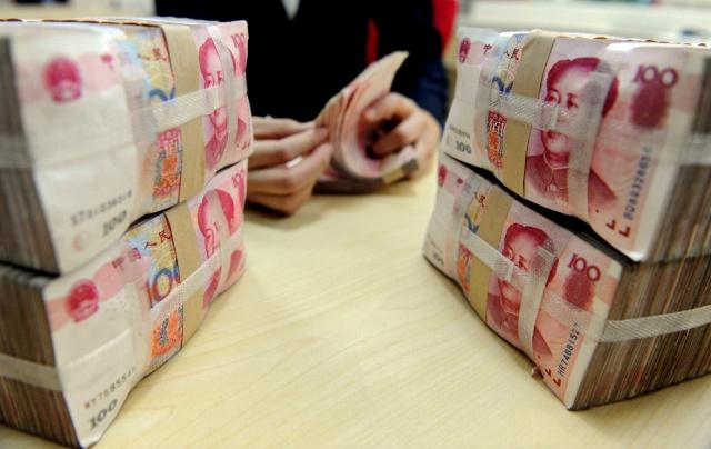 Юань упал ниже 6,9 за доллар