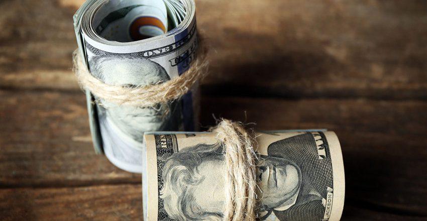 Центробанк снизил курс доллара до 61 рубля