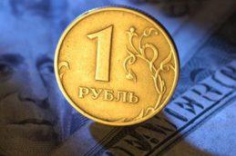 Рубль снижается на фоне падающей нефти