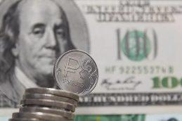 Официальный курс доллара упал ниже 56 рублей