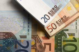 Официальный курс доллара поднялся выше 56 рублей