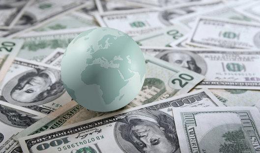 Средневзвешенный курс доллара снизился до 57,58 рубля