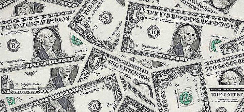 Официальный курс доллара снизился на 8 копеек, евро — вырос на 8