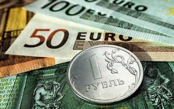 Рубль отступает в парах с долларом и евро