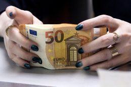Банки в июле ввезли в Россию рекордный с 2014 года объем наличных евро