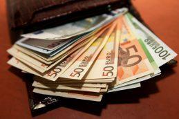 Официальный курс доллара снизился на 11 копеек, евро — на 72