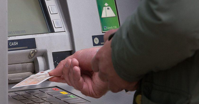 Снять деньги в банкомате можно будет с помощью смартфона
