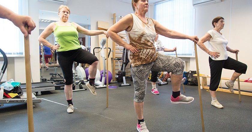 Уход за пожилыми могут сделать государственной страховой услугой