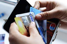 Банки могут меньше зарабатывать на операциях по своим картам в Европе