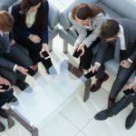 Сотрудникам банков могут запретить пользоваться смартфонами