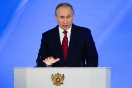 Путин поручил продлить и расширить программу маткапитала на первенцев