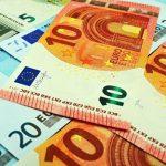 Официальный курс доллара понизился на 15 копеек, евро — на 39