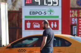 Дорогой бензин в России объяснили жадностью государства
