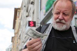 Экономист объяснил падение курса рубля ситуацией в Донбассе