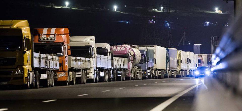 Иностранным грузовикам с неоплаченными штрафами запретили выезжать из России