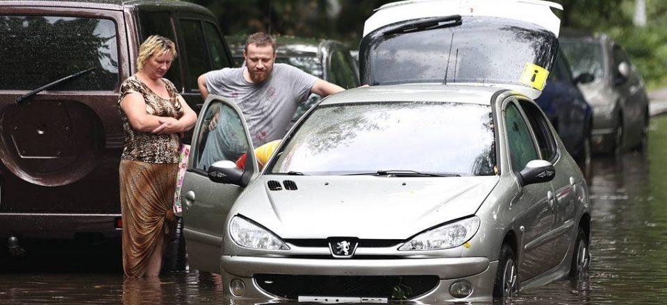 Страховщики разъяснили, какие выплаты положены в связи с ливнем в Москве